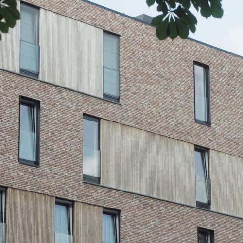 moderne architectuur met verouderde gevelsteen