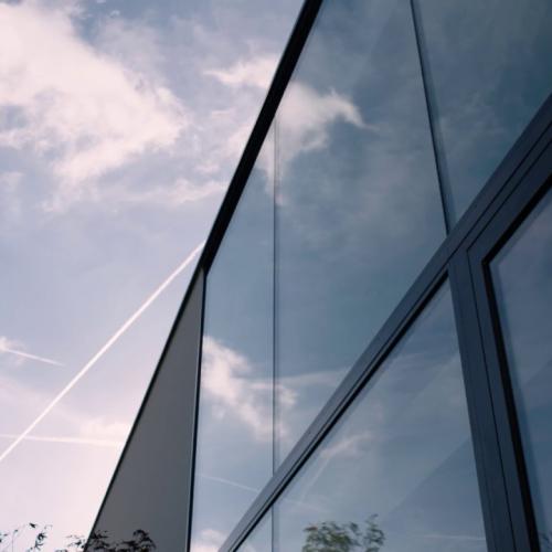 moderne villa met aluminium ramen- en schuiframen