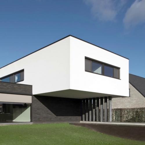 moderne woning met aluminium ramen en screens