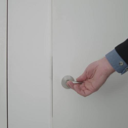 strak vlakwandig deursysteem met verborgen beslag