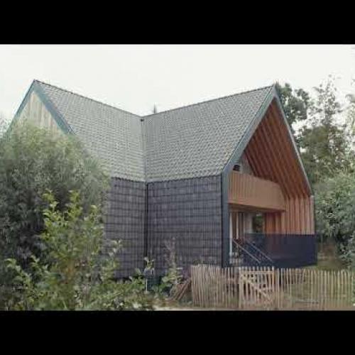Opvallende structuur van hout, glas en dakpan